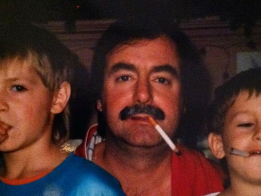 Padre y sus dos hijos con cigarro en la boca