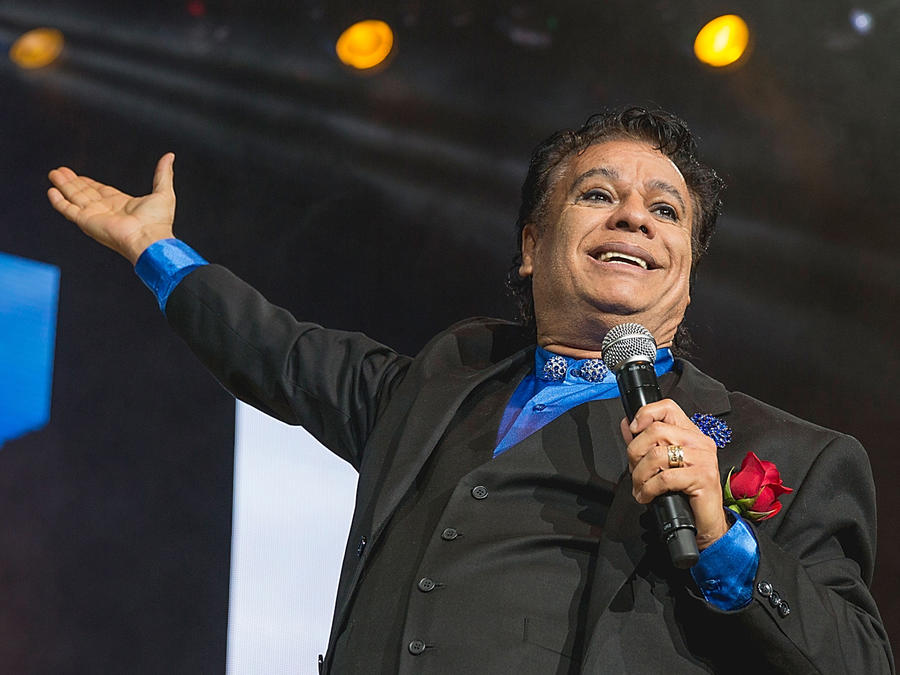 Juan Gabriel sonriendo