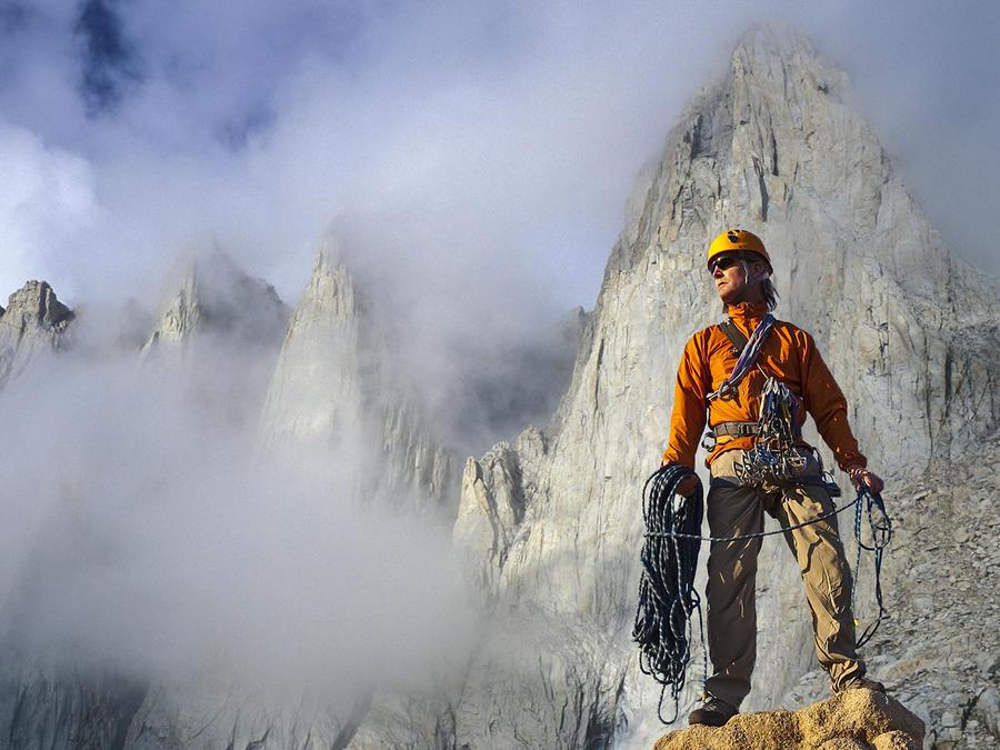 Hombre vestido de naranja sobre montaña