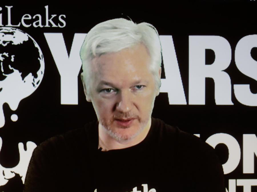 En esta imagen de archivo del 4 de octubre de 2016, el fundador de WikiLeaks Julian Assange participa por videoconferencia en una rueda de prensa por el 10mo aniversario del grupo de revelación de secretos en Berlín