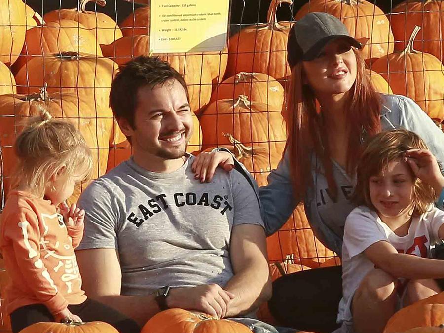 """Christina Aguilera con su familia en el """"Pumpin Patch"""" 2016"""