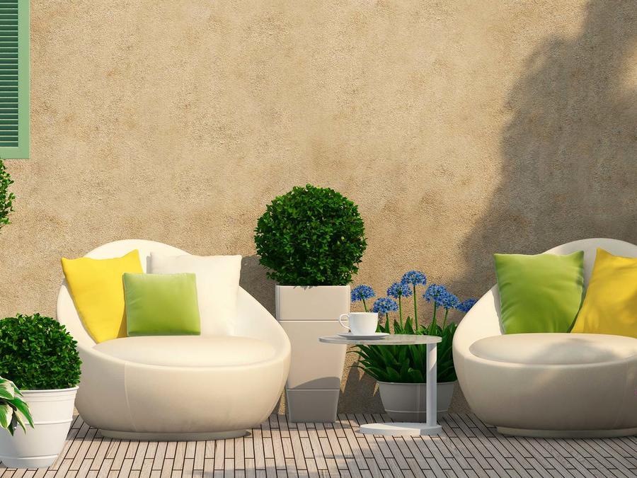 Patio con sofás y plantas
