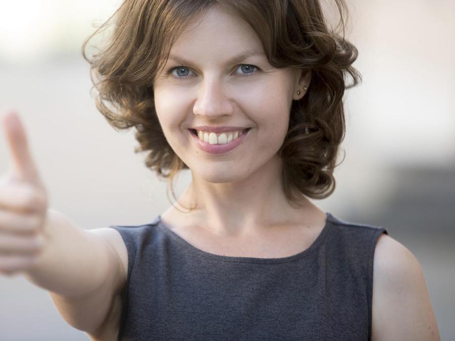 Mujer sonriendo con pulgar arriba