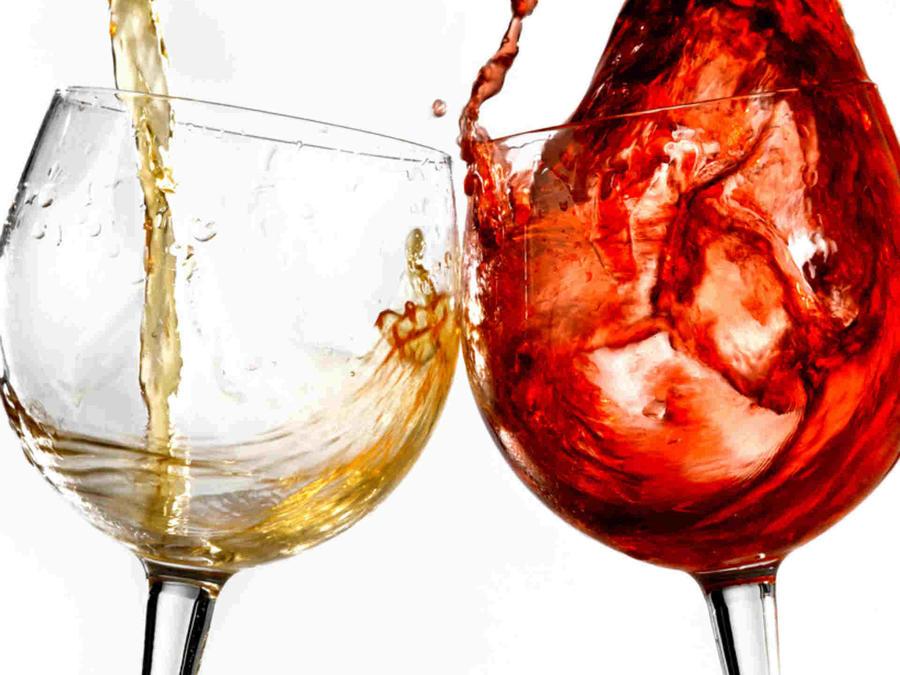Dos copas de vino, una con vino blanco y otra con tinto