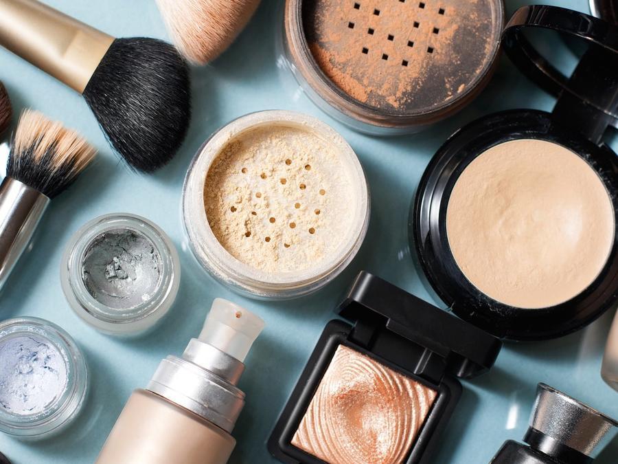 Diversos maquillajes y brochas