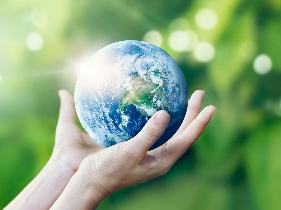 Manos que sostienen el mundo