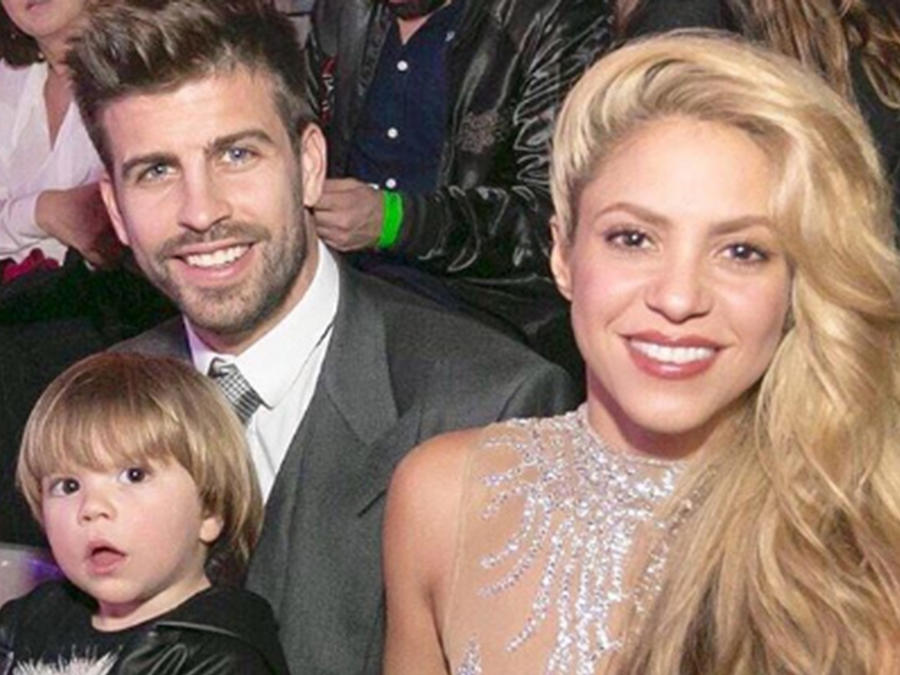 Shakira y Gerard Piqué junto a sus hijos, Sasha y Milán, en la entrega de premiso premios Los 40, en España