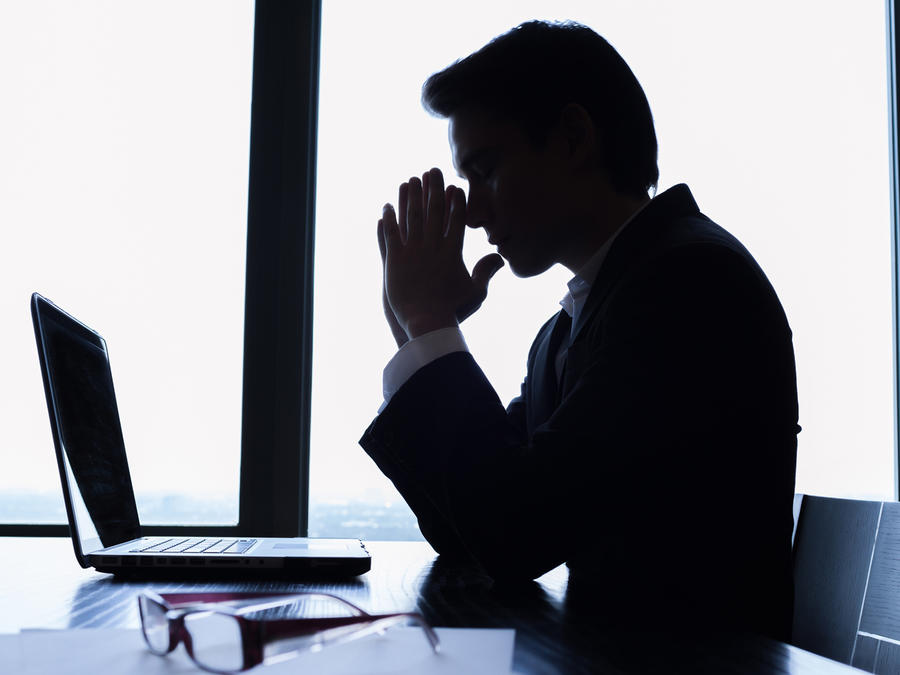 Hombre de negocios piensa en oficina