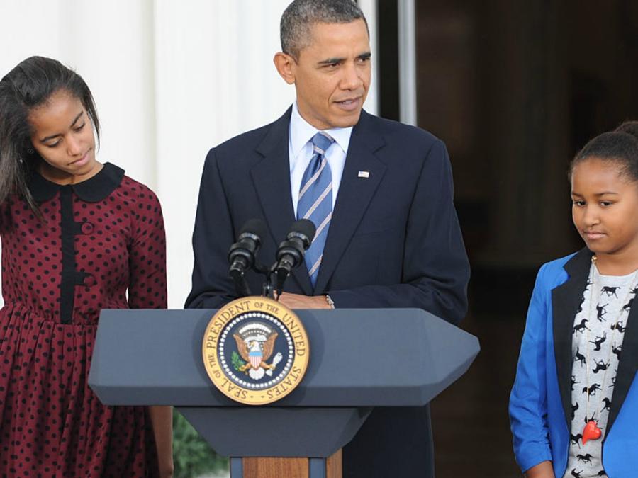 Malia y Sasha Obama junto a su padre en un discurso presidencial
