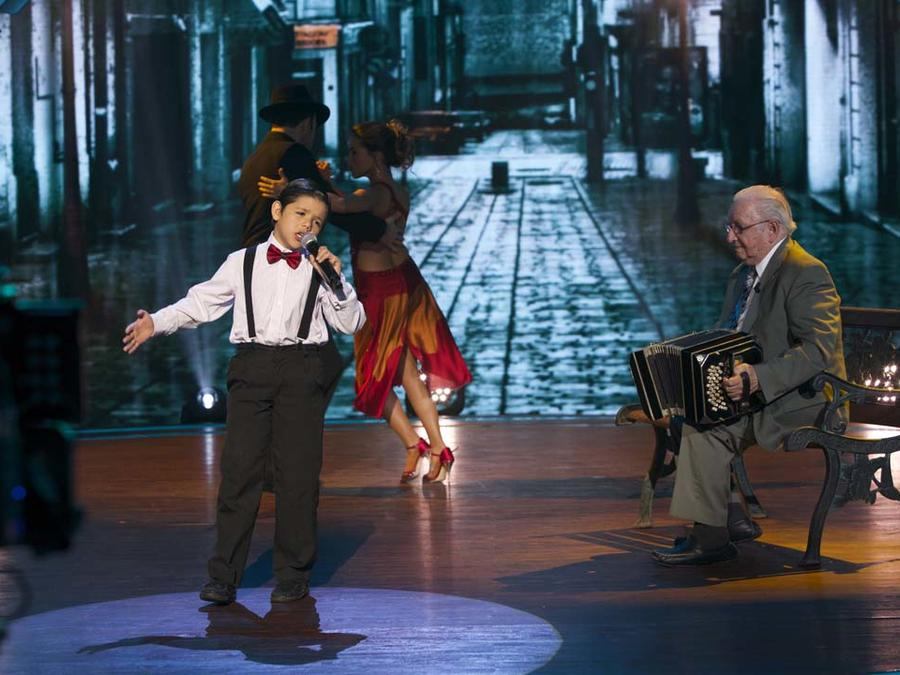 Enoc Girado canta tango en Siempre Niños