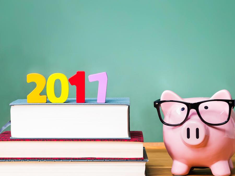 Libros en aula con letrero 2017 y alcancía