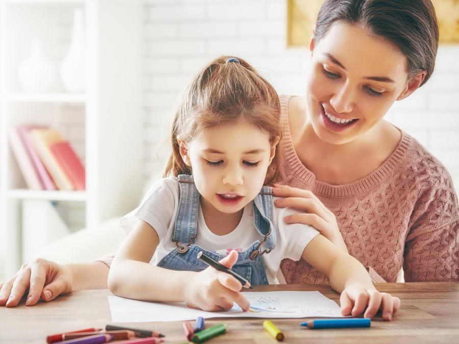 Madre e hija dibujando juntas