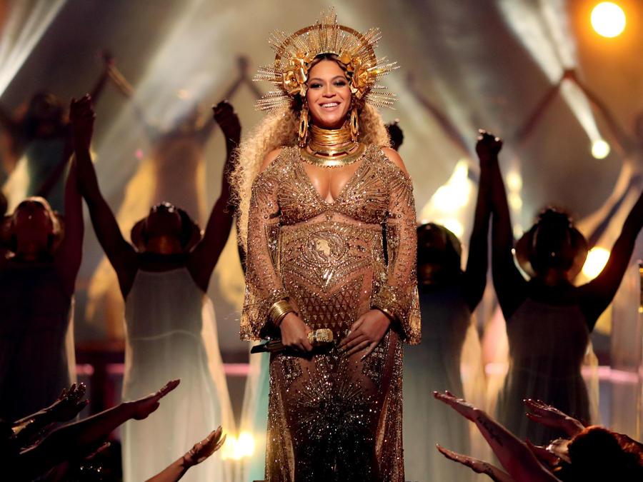 Beyoncé en su presentación en los 59th Grammy Awards, 2017