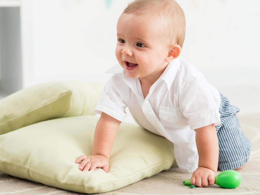 Bebé gateando en el piso