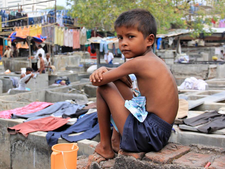 Niño viviendo en pobreza