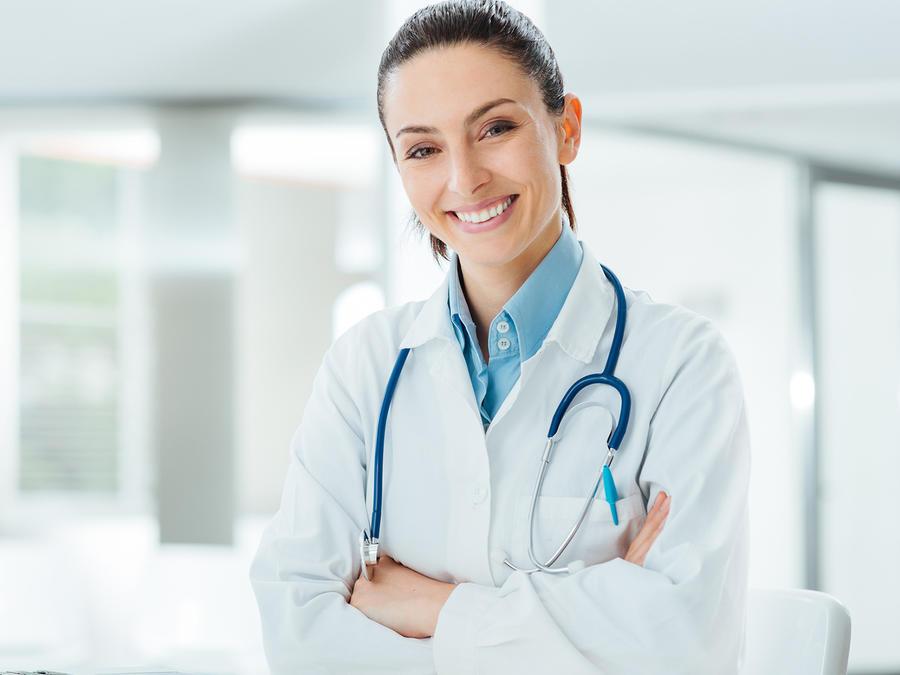 Médica sonríe