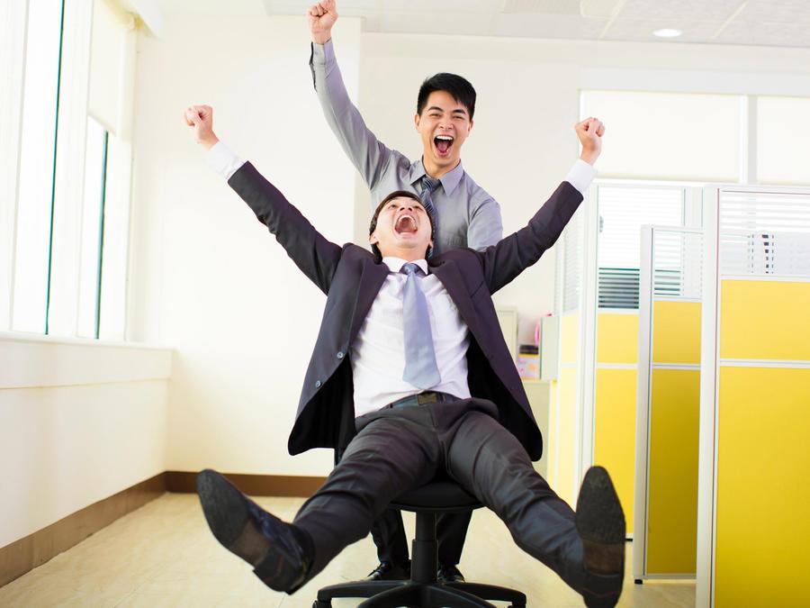 Ejecutivos divirtiéndose en la oficina