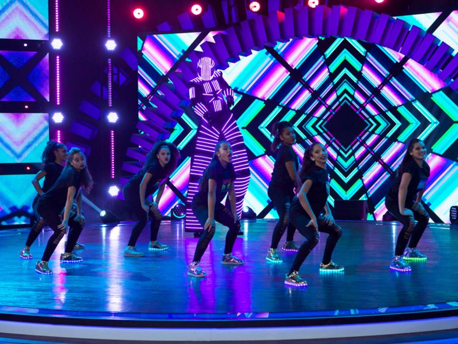 Paramount Dance Studio y participantes de Siempre Niños bailando
