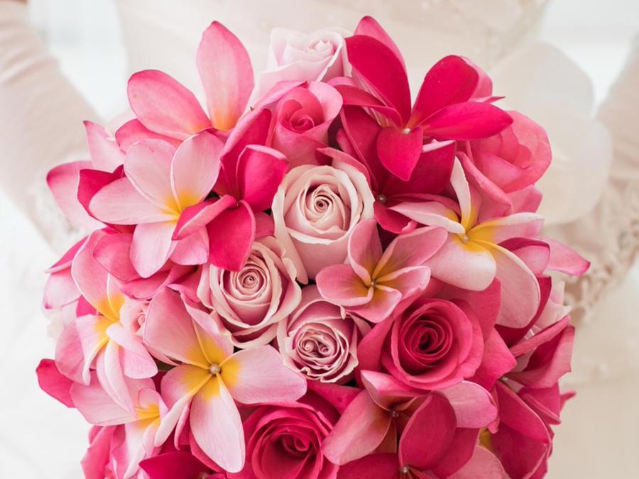 Ramo de boda que combina rosas con flores de tela adornadas con perlas.
