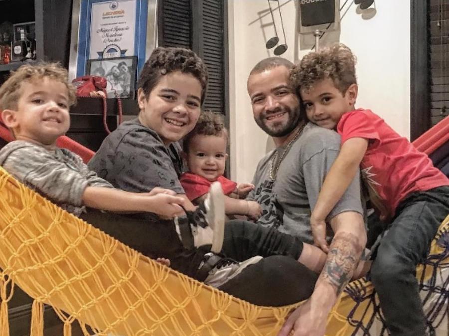 Nacho con todos sus hijos en una hamaca