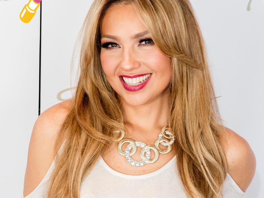 Thalía con lipstick rojo y vestido blanco en la gala de Macy's 2015