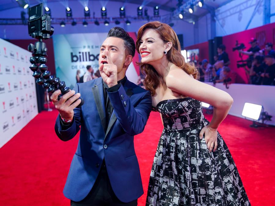Jorge Bernal y Angelica Celaya - Alfombra Roja Premios Billboard 2017