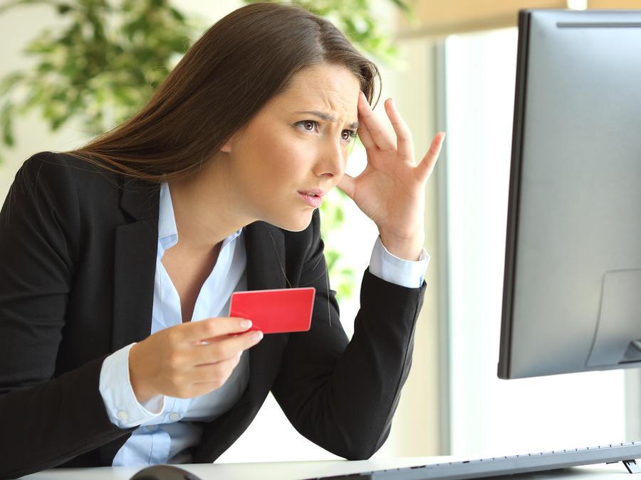 Mujer con tarjeta preocupada