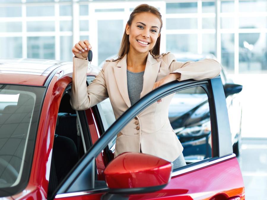 Mujer sonriendo comprando un auto