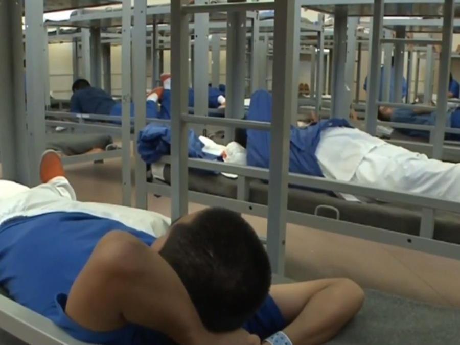 Inmigrante en centro de detención