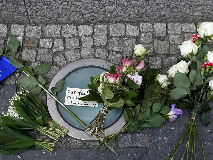 Flores en conmemoración de las víctimas del atentado en el concierto de Ariana Grande que dejó al menos 22 muertos en Manchester el Lunes 22 de mayo del 2017