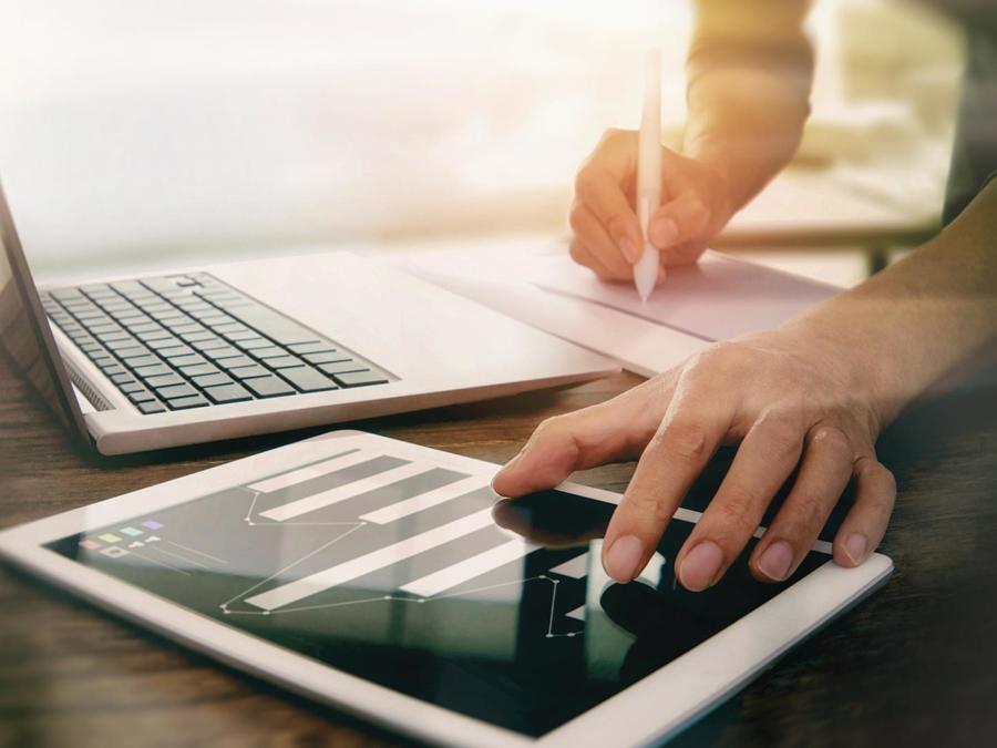 Hombre trabajando con computadora y tablet