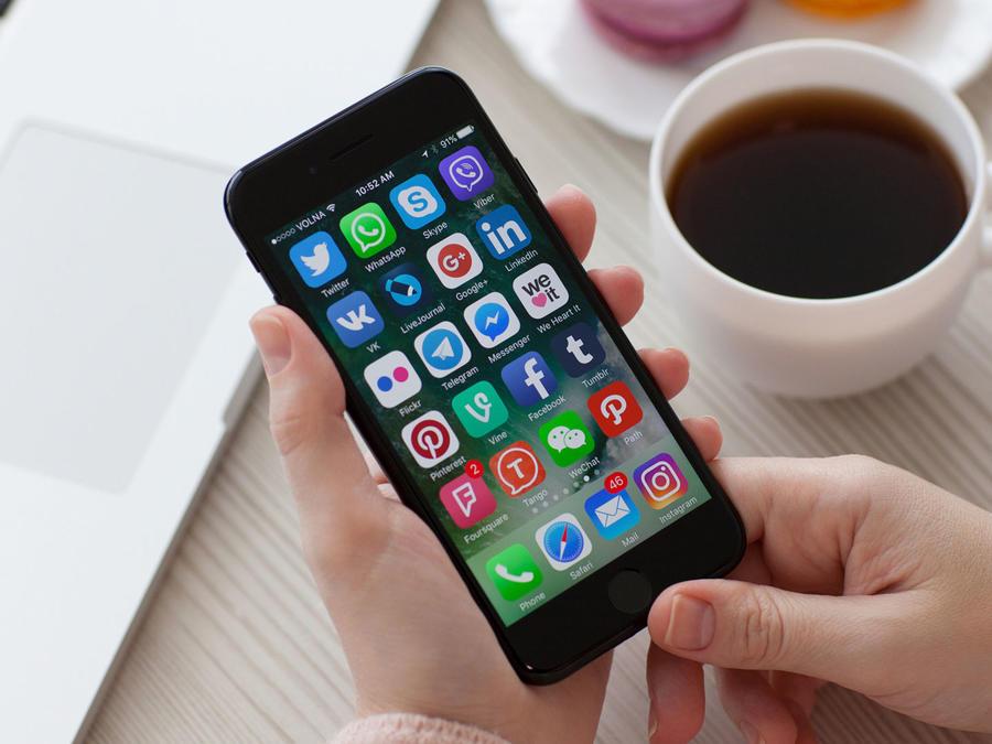 Celular con logos de redes sociales
