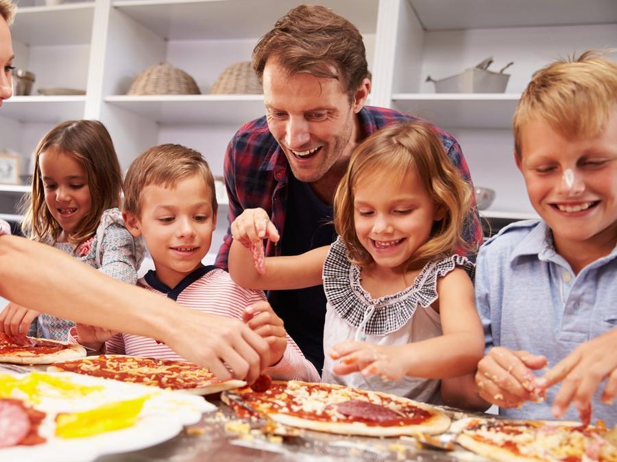 Familia cocinando en equipo