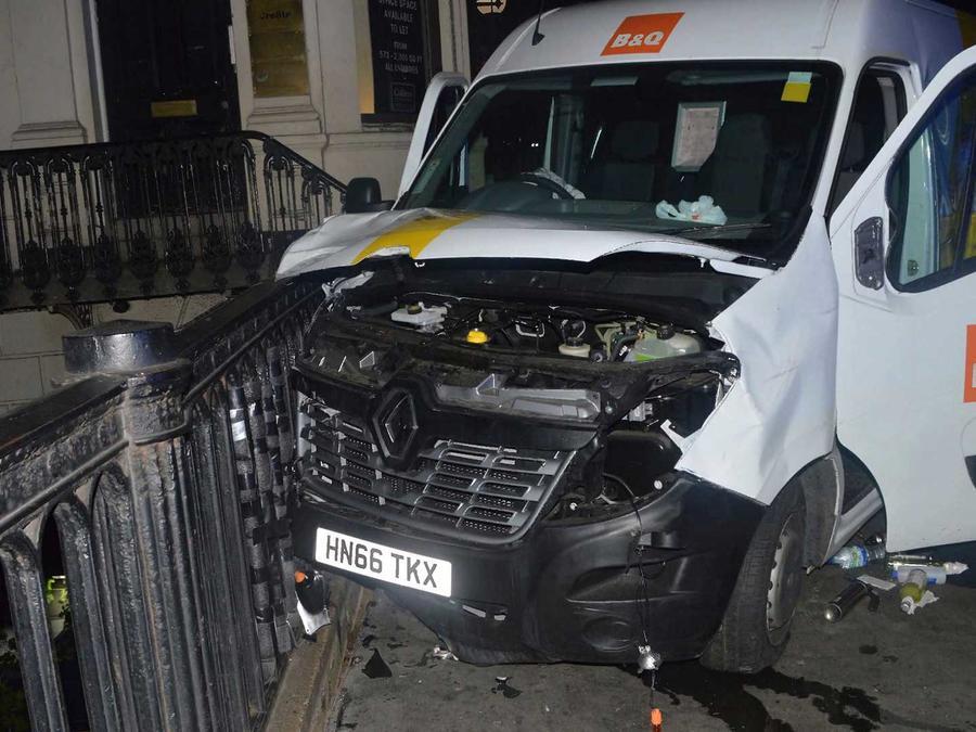 En la foto la furgoneta que atropelló a un grupo de peatones al norte de Londres el domingo 18 de junio del 2017