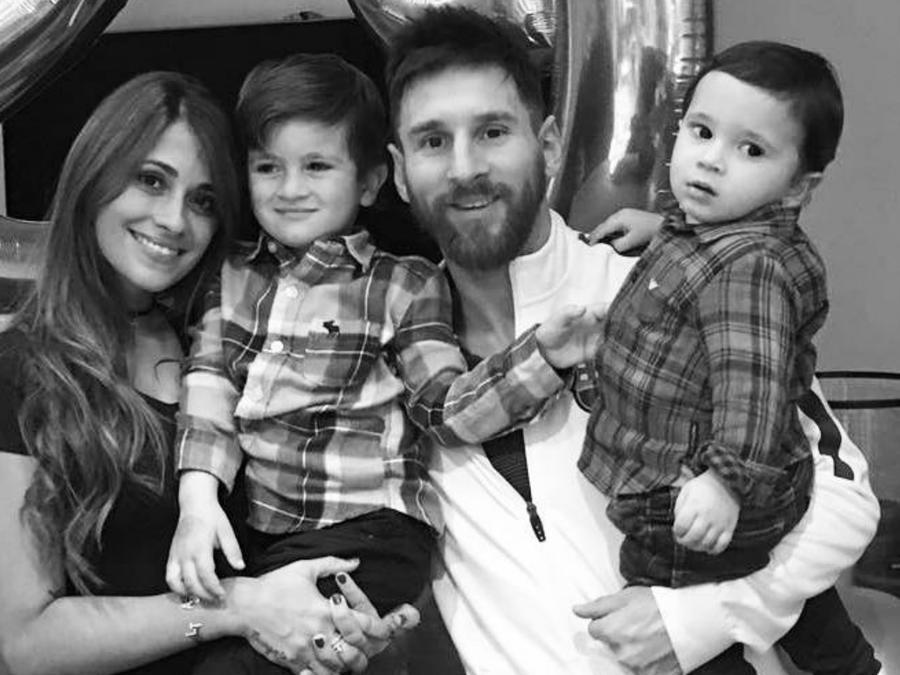 Lionel Messi con Antonella Roccuzzo y sus hijos en 2017.