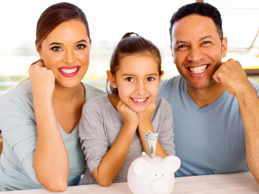 Familia de tres ahorra dinero en alcancía