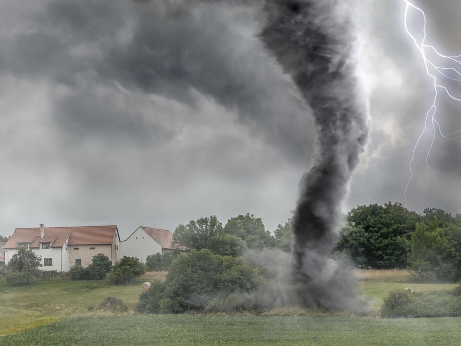Tornado frente a una casa