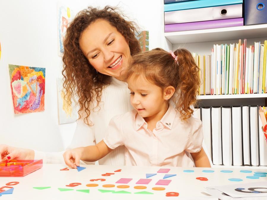 Madre e hija jugando con formas