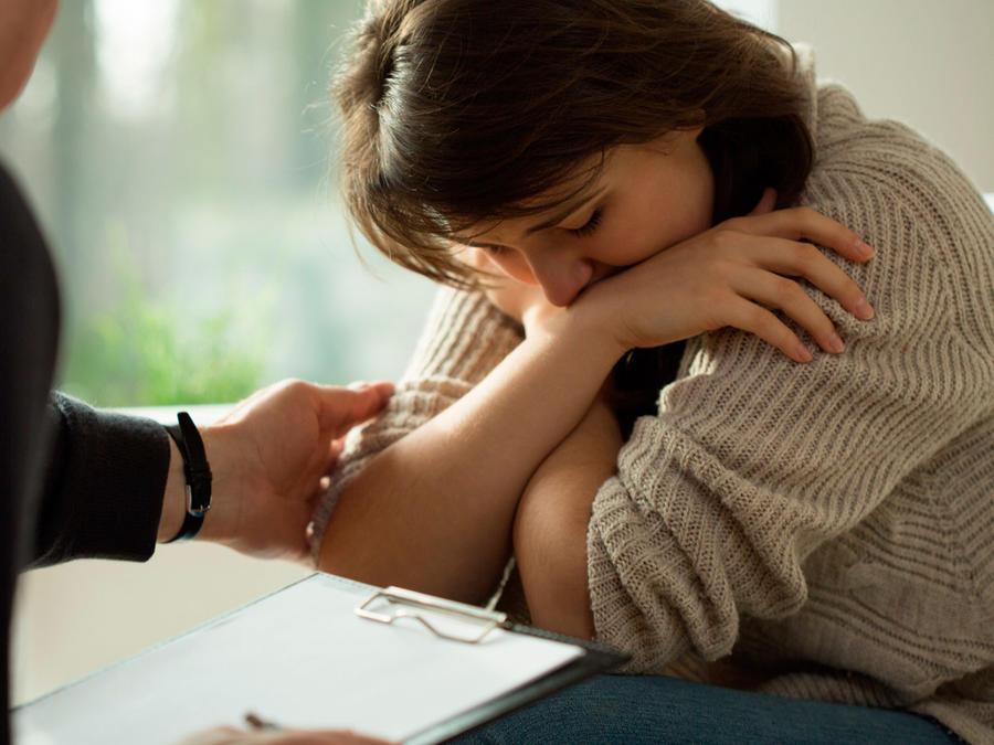 Mujer triste en consultorio