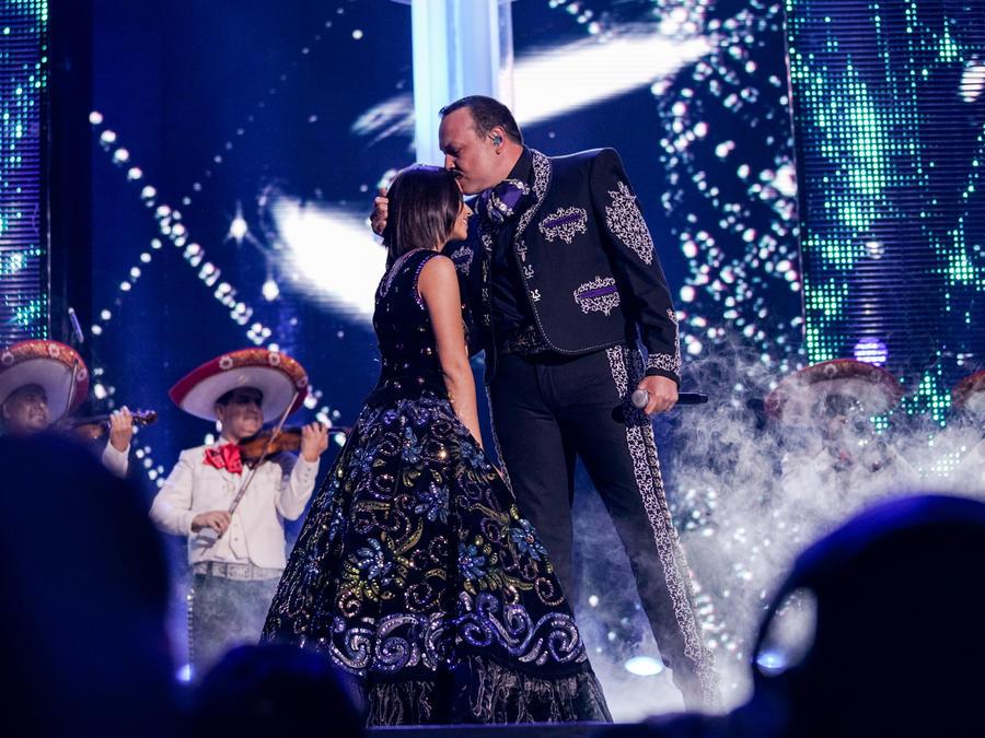 Pepe Aguilar Y Angela Águilar en Premios Tu Mundo 2017