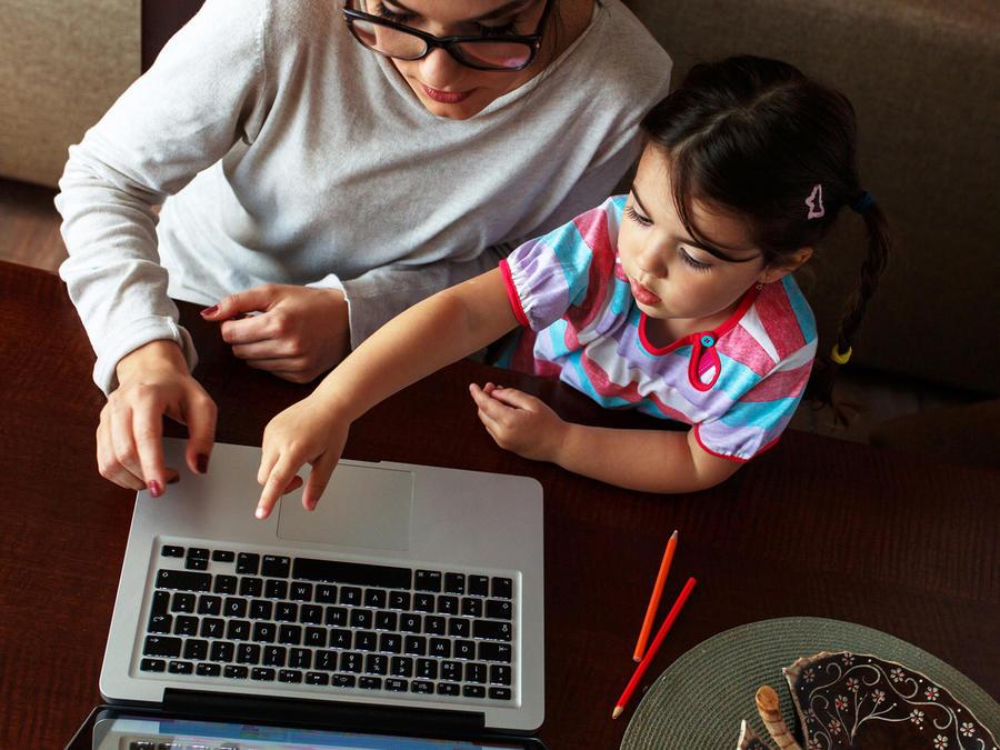 Madre e hija googlean