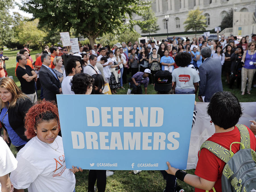Soñadores y activistas protestan frente al Capitolio a favor del Dream Act