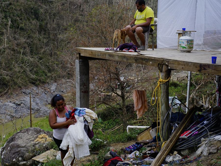 Damnificados por el huracán María revisan sus pertenencias