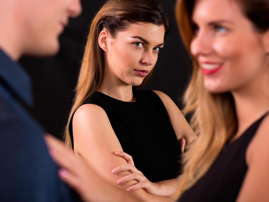 Mujer envidia pareja