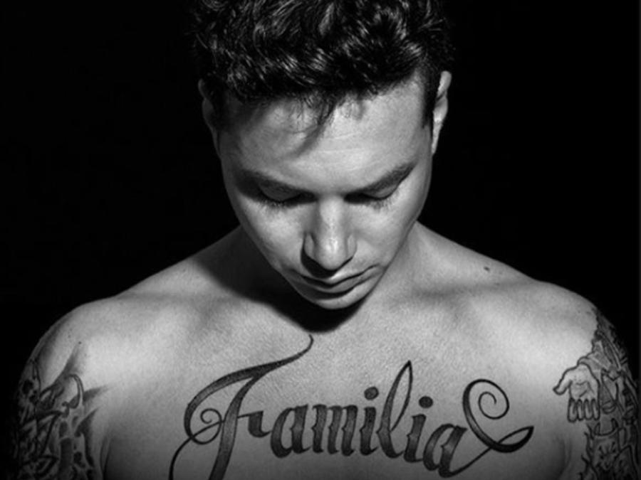 Tatuaje de j balvin en el pecho