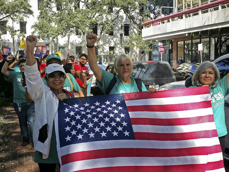 Manifestantes marchan a favor de las ciudades santuario en New Orleans en septiembre de 2017