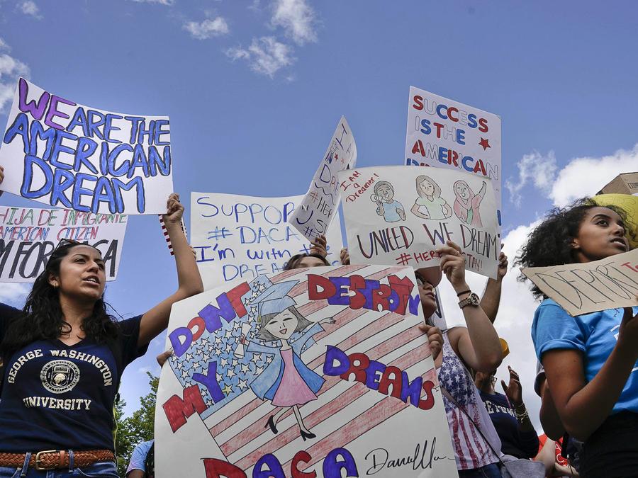 Manifestantes protestan a favor de DACA frente a La Casa Blanca en septiembre de 2017