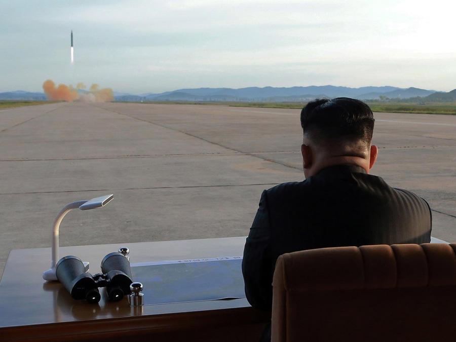 Kim Joung Un mira en lanzamiento de un mísil balístico, Corea del Norte.