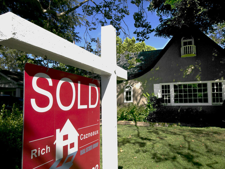 Una casa con el cartel de vendida en un imagen de archivo