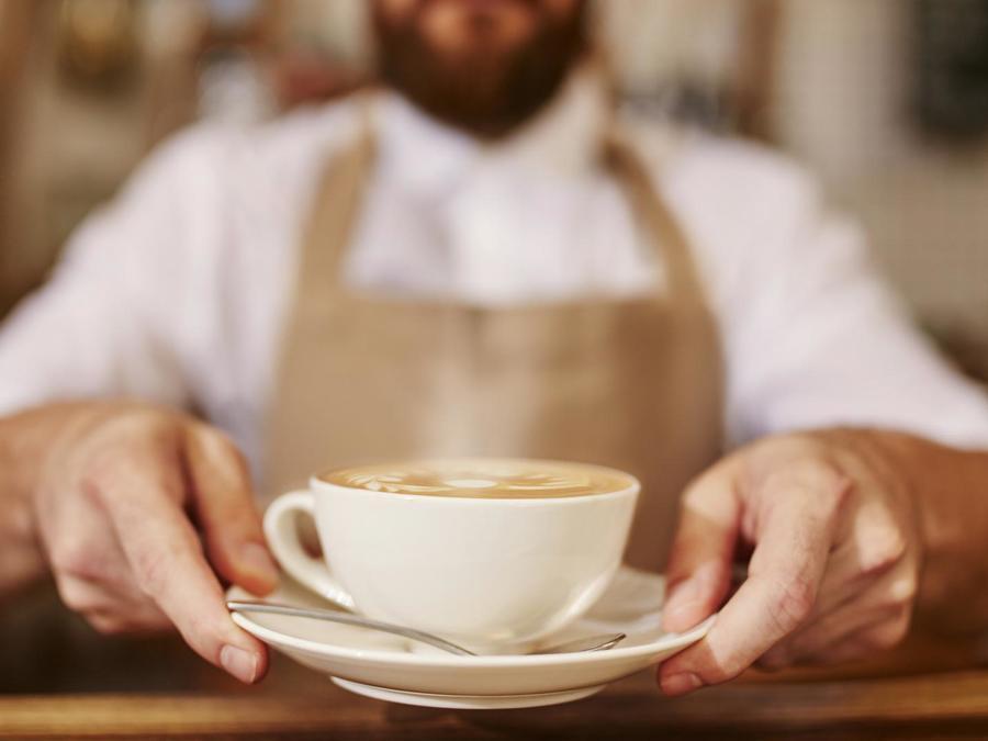 Hombre sirviendo café